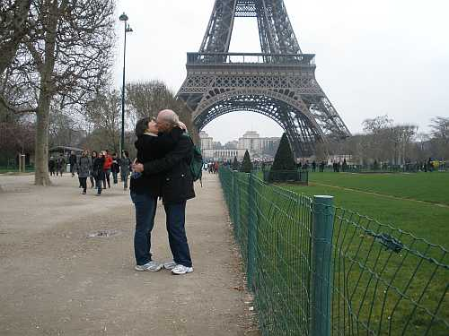 Mike and Helga kissing in Paris